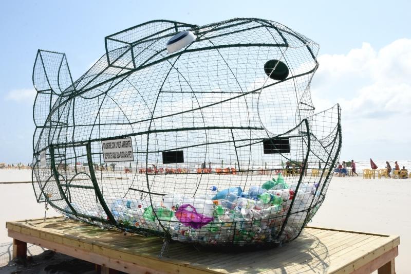 Ponto fica na beira da praia e material arrecadado será levado para associações de reciclagem e artesãos