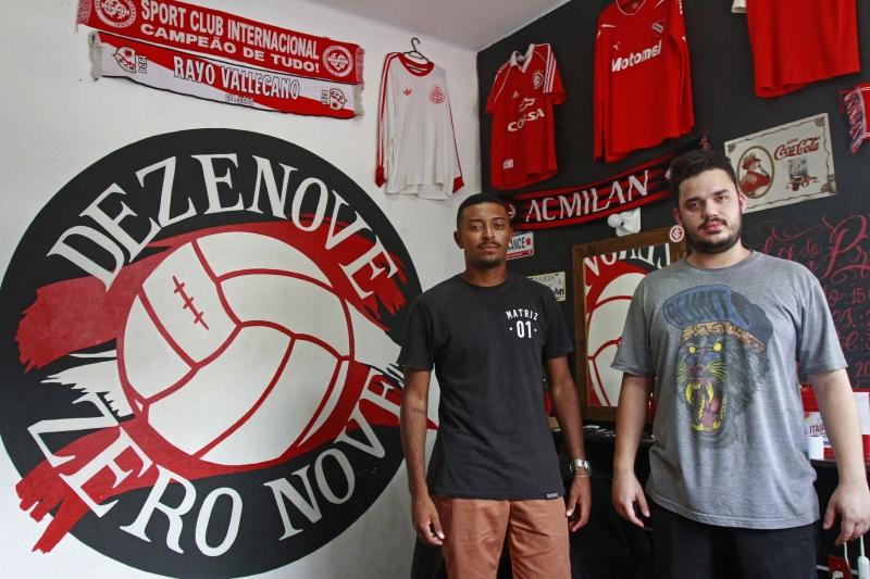Matheus César e Gabriel Nunes do bar Dezenove Zero Nove, bar temático da torcida colorada que fica na frente do Beira Rio.