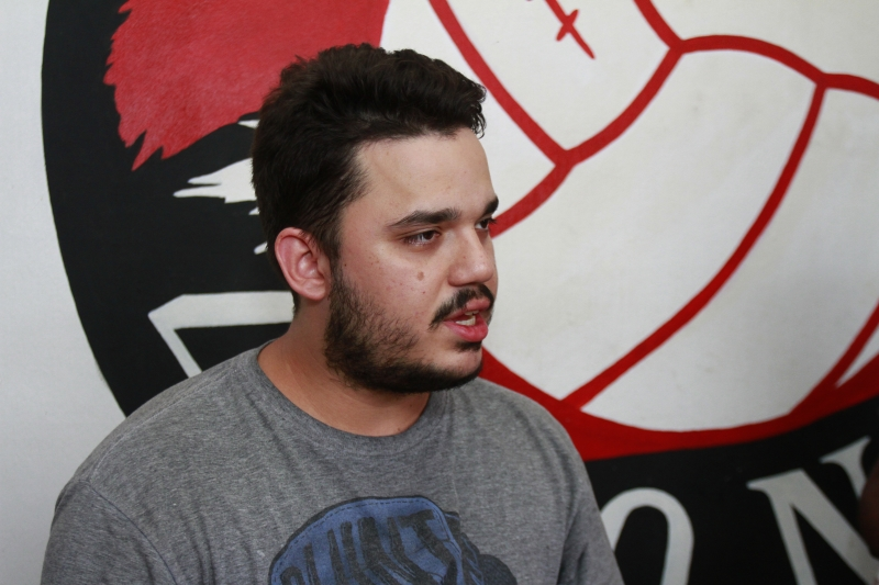 Gabriel Nunes, um dos sócios do bar Dezenove Zero Nove, bar temático da torcida colorada que fica na frente do Beira Rio.