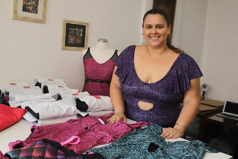 Catherine, da Feminina Plus Size, faz roupas de banho com numeração entre 44 e 62, além das customizadas