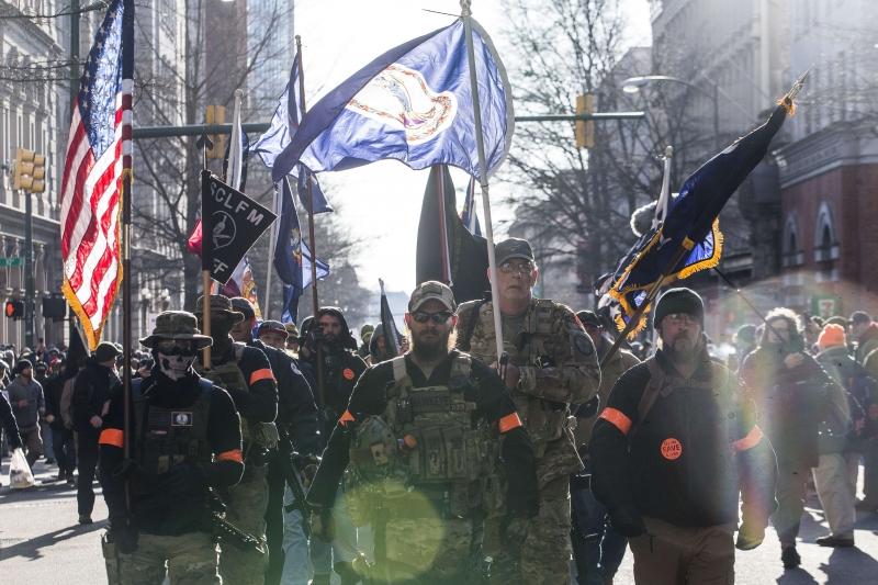 Com revólveres e fuzis, manifestantes cantavam o hino norte-americano e gritavam 'liberdade, liberdade'