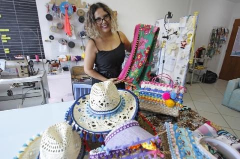 Empreendedora investe em cangas personalizadas e acessórios para a praia