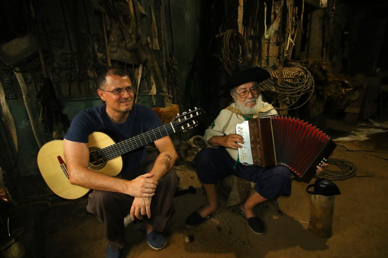 O guru do nativismo com o musicólogo Daniel Tavares, que o comparou a Dorival Caymmi