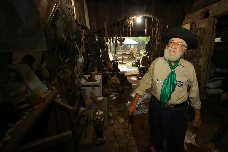 O guru do nativismo em seu galpão na chácara em Cachoeirinha