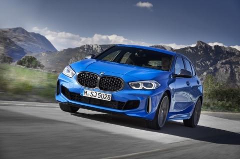 BMW M135i xDrive tem visual e comportamento esportivos