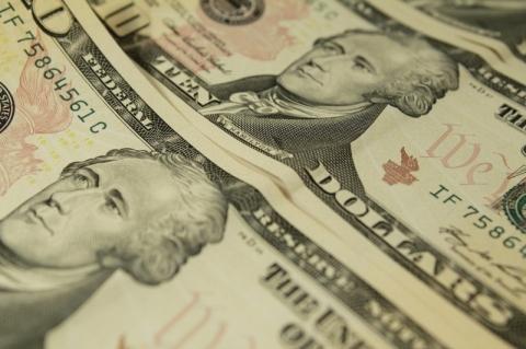 Dólar ronda R$ 5,76 com estresse por Covid-19 e riscos locais antes de Copom