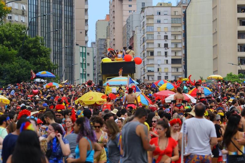 Mais de 20 mil pessoas acompanharam o bloco neste domingo pelas ruas de Porto Alegre