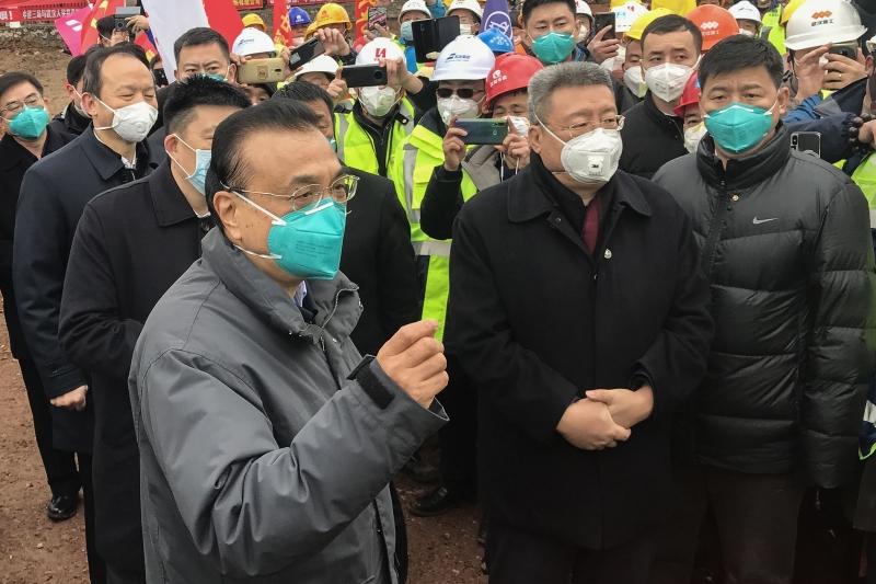 Premiê Li Keqiang (e) visitou Wuhan para demonstrar a seriedade com que Pequim está considerando o problema