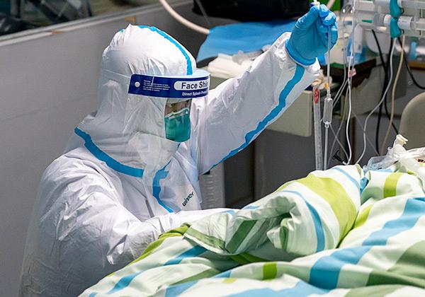 . Wuhan, província de Hubei 3001 2020 Peng Zhiyong , chefe do departamento de medicina intensiva do Hospital Zhongnan, verifica o registro do diagnóstico de um paciente com seu colega na UTI (unidade de terapia intensiva) do Hospital Zhongnan da Universidade de Wuhan em Wuhan, província de Hubei, na China Central, foto Governo China