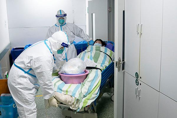 Equipes de hospital fazem manejo de paciente com coronavírus na China