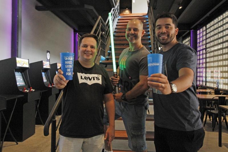 Novo bar de games, o Arcadea Pub, abre em Porto Alegre. Na foto: Piettro Kayser Boscardin, Alberto Sebben Neto e Rafael Dias Borges