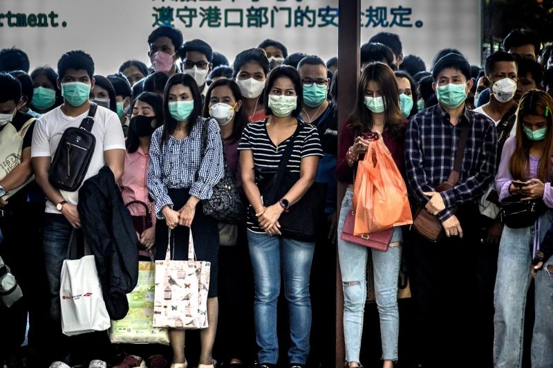 Com medo do vírus e para se proteger, chineses passaram a usar máscaras diariamente