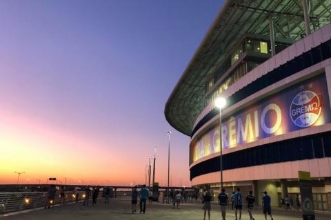Arena do Grêmio fica laranja e azul pelo Dia Mundial do Câncer