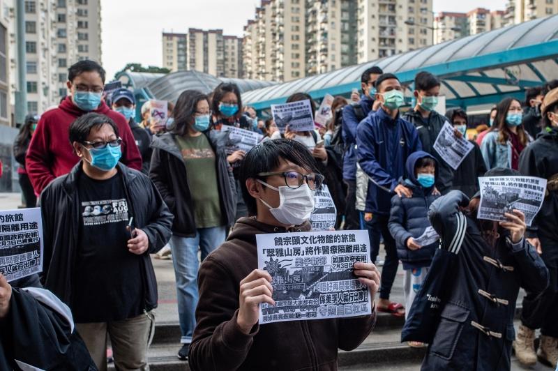 Moradores de Hong Kong protestam contra transformação de área em local de quarentena do coronavírus