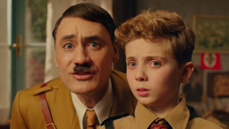 Diretor Taika Waititi interpreta Hitler, enquanto o ator mirim Roman Griffin Davis vive o personagem-título