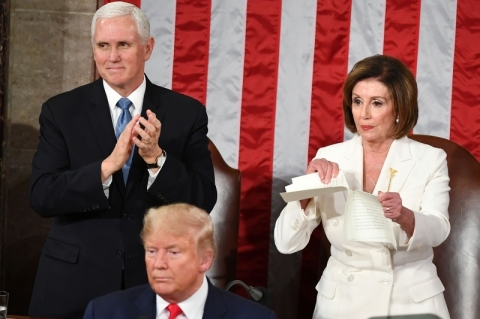 Nancy Pelosi rasga discurso do Estado da União de Trump