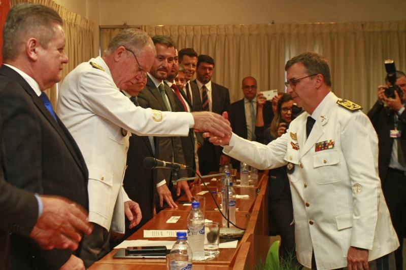 Fernandes (d) foi empossado por seu antecessor, desembargador militar Paulo Roberto Mendes Rodrigues