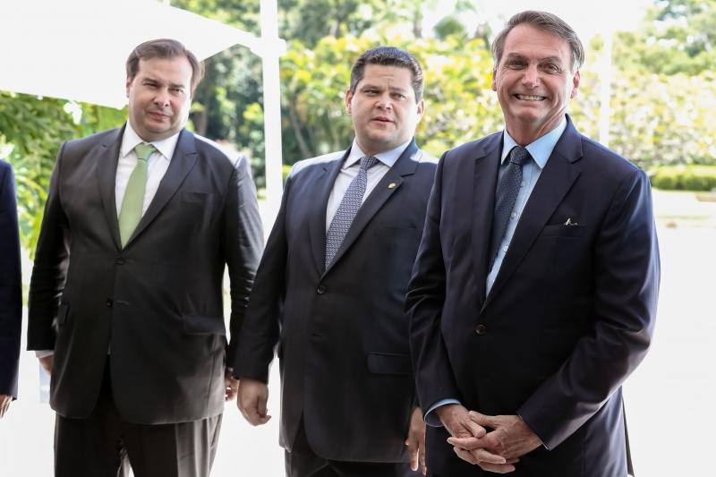 Ao lado Maia e Alcolumbre, Bolsonaro falou que podem fazer 'muito mais pela nossa pátria'
