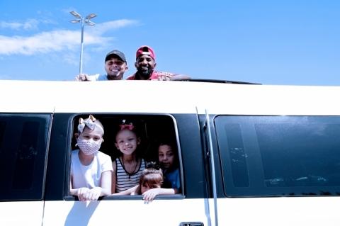 Jogadores do Grêmio e Inter passeiam de limousine com crianças com câncer