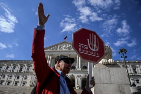 Portugal legaliza eutanásia, mas tema pode ir parar na Justiça
