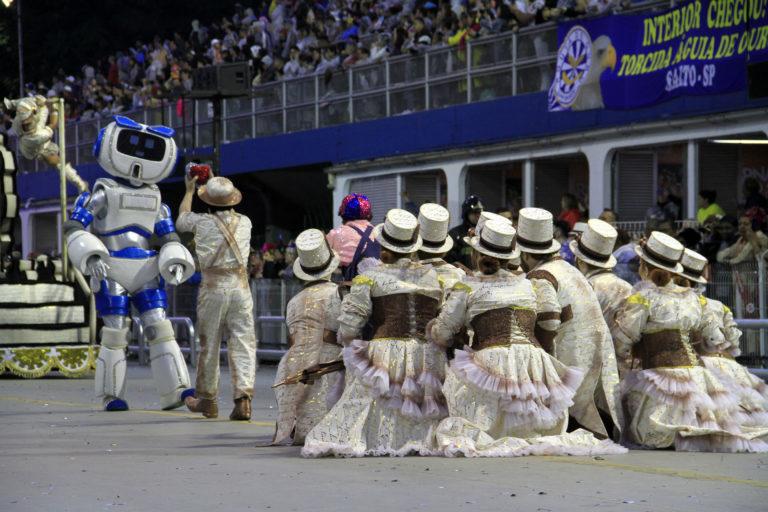 Desfile da Escola de Samba Rosas de Ouro teve até robô mostrando o apelo da tecnologia