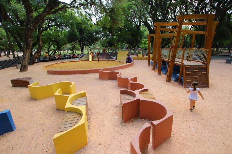 Remodelação dos locais inclui brinquedos adaptados, gangorras, bancos, piso emborrachado colorido e trilha aventura