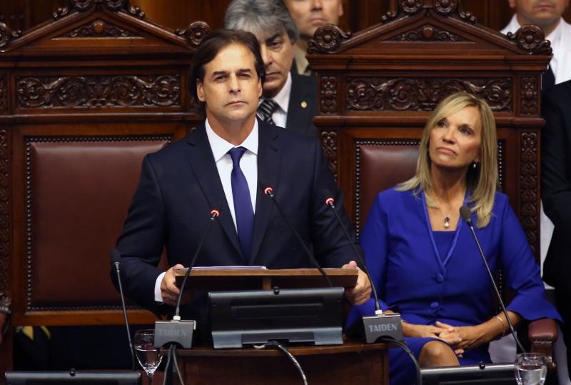 Lacalle Pou e a vice-presidente Beatriz Argimon fizeram declaração de honra e fidelidade