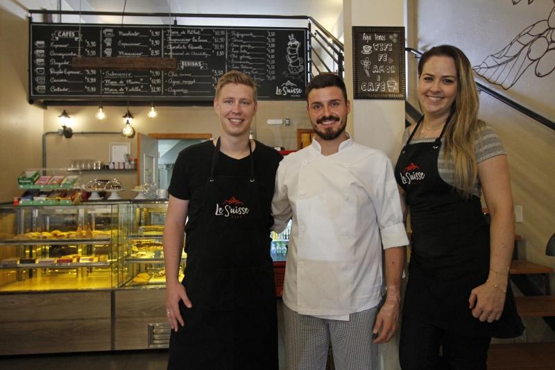 Allex, Flaubert e Verediani orgulham-se por estarem conseguindo pagar as contas do Le Suisse Cafe