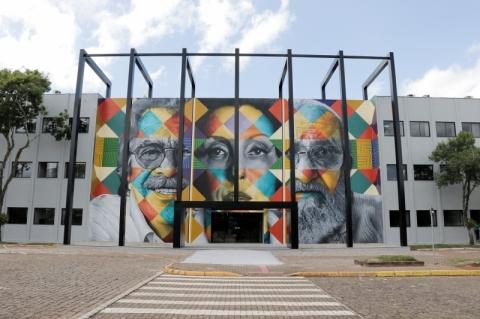 Prédio da Univates ganha mural gigante pintado por Eduardo Kobra