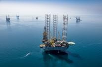 Petróleo fecha misto após frustração com possível corte na produção da Opep+