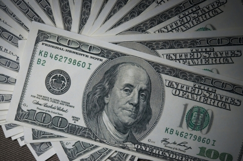 Dólar tem leve alta em manhã de expectativa por falas de presidentes de BCs