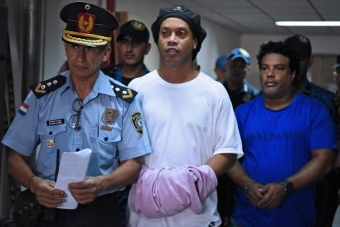 Prisão de Ronaldinho e Assis é ilegal, diz advogado