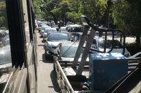 Engarrafamentos atrasam deslocamentos em vias de Porto Alegre nesta segunda