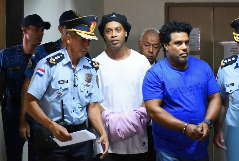 """Defesa de Ronaldinho e de Assis considera a prisão dos dois """"ilícita, ilegal e abusiva"""""""