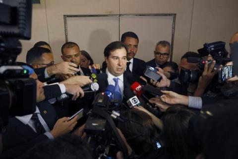 Se entrarmos em conflito, ajudamos o governo a jogar o Brasil em recessão, diz Maia