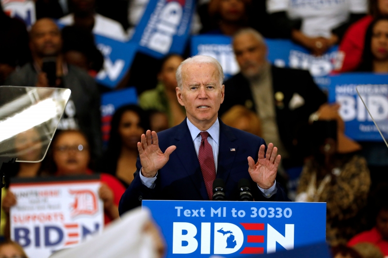 Vantagem do democrata Joe Biden sobre o republicano Donald Trump diminuiu, mostra pesquisa