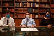 Bolsonaro faz live de máscara e desestimula ida a protesto por causa de coronavírus