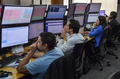 Bolsa de São Paulo fecha em alta de 2,05%, a 104.477,08 pontos, à espera de pacote dos EUA