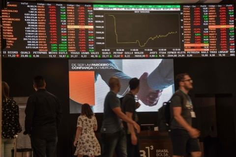 Bolsa fecha em baixa de 0,49%, em dia de perdas acima de 1% em NY