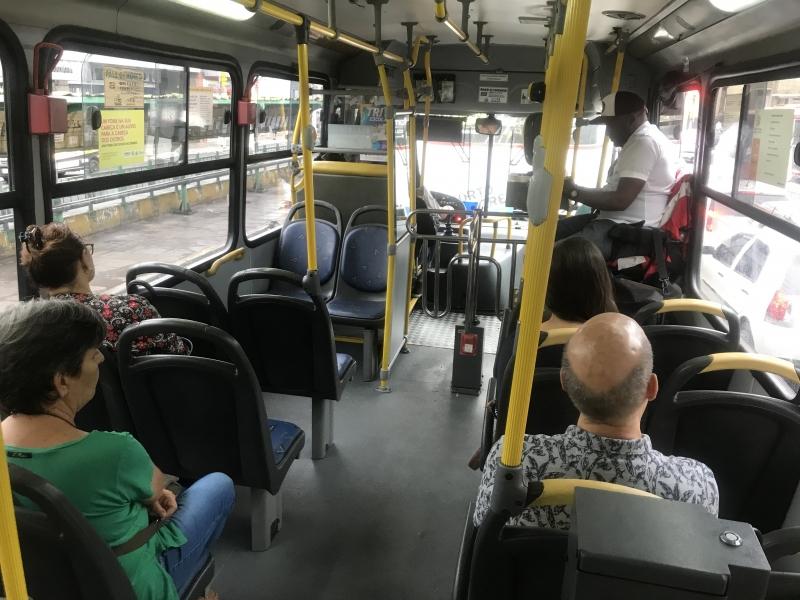 Ônibus devem circular com janelas abertas e manter veículos higienizados