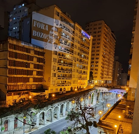 No Viaduto da Borges, foi feita uma projeção com 'Fora Bozo' nas paredes de edifícios