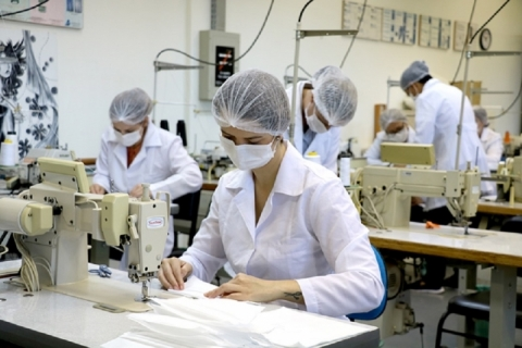 Alunos da Universidade de Passo Fundo produzem máscaras e jalecos para hospital