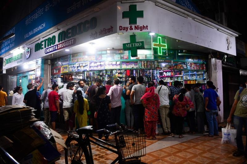 Após determinação, população lotou mercados e farmácias para abastecer suas casas