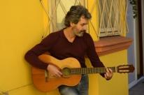 Dudu Sperb canta para o público na internet para diminuir tristeza da pandemia