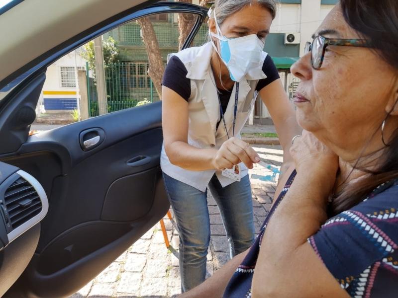 Elizabeth Cauduro dos Santos, de 72 anos, recebeu imunização sem sair do carro