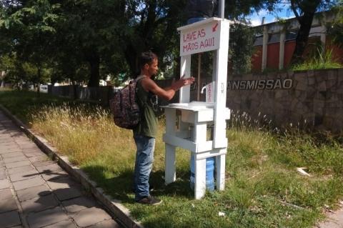 Voluntário instala lavatório de mãos nas ruas de Porto Alegre
