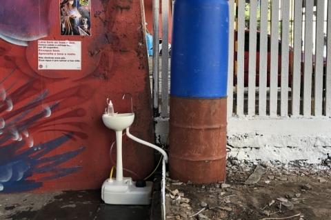 Voluntários instalam lavatórios para atender população de rua em Porto Alegre