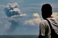 Vulcão Anak Krakatau entra em erupção e Indonésia entra em alerta