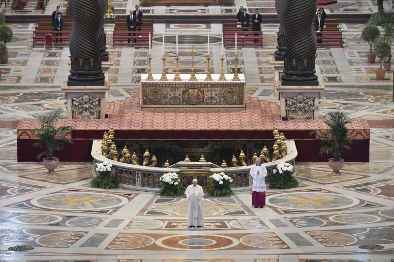 Francisco realizou tradicional celebração do Domingo de Páscoa sem fiéis na Basílica de São Pedro