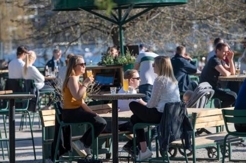 Devido ao coronavírus, Suécia ameaça fechar bares e restaurantes que não reduzirem lotação